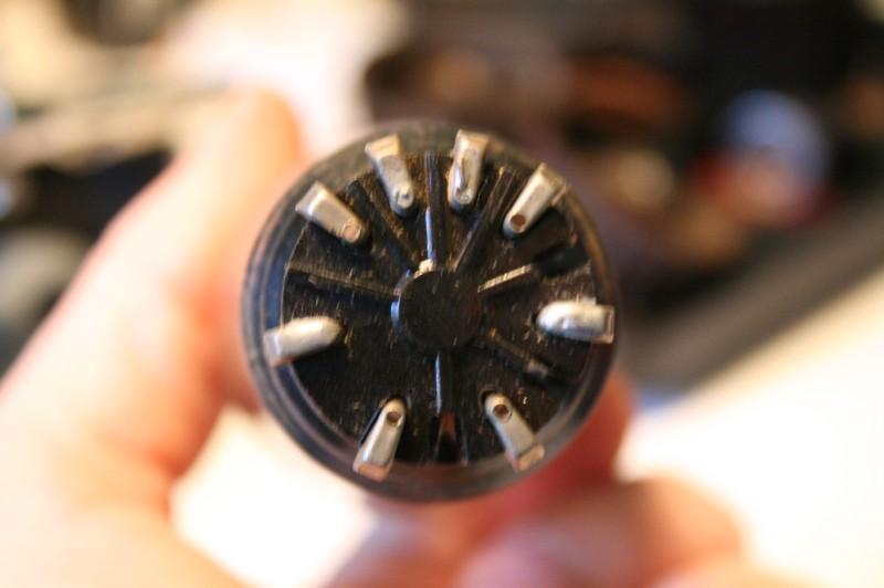 Cul de l'ampoule, c'est bien pensé le connecteur empêche de connecter de manière erronée l'ampoule