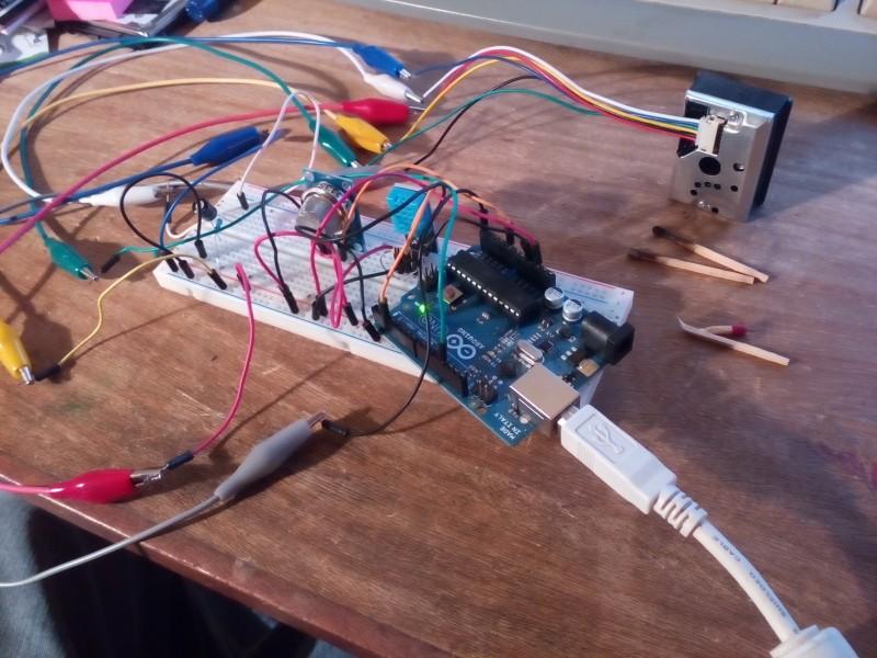 2ème montage en ayant ajouté le détecteur de particules fines (avec les pinces crocodile et les allumettes pour tester!)