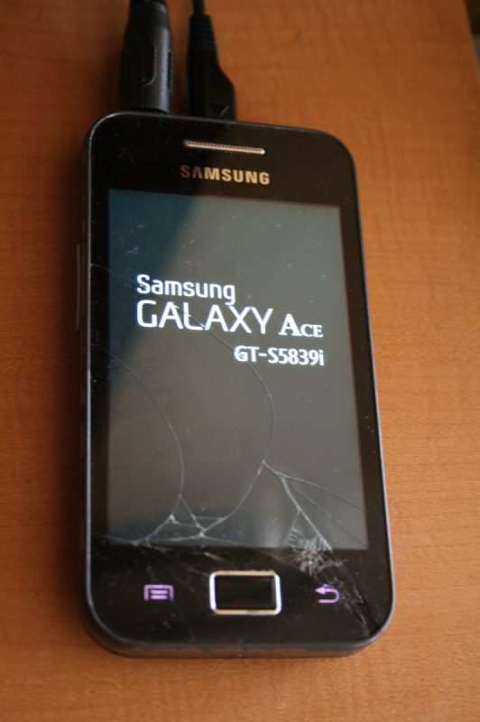 Samsung Galaxy Ace GT-S5839i avec écran cassé