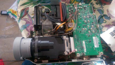 Réparation d'un projecteur NEC LT265 – plus de focus (flou)